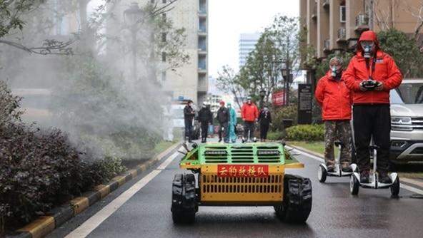 武漢にて、ロボットが街を消毒する様子