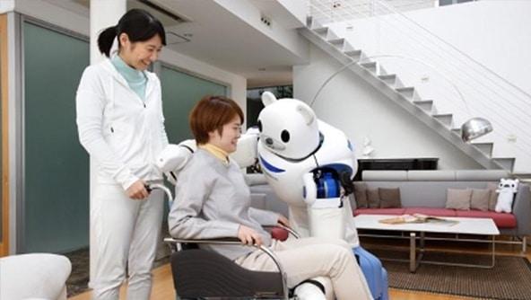 国内、ロボットが患者をサポートする様子